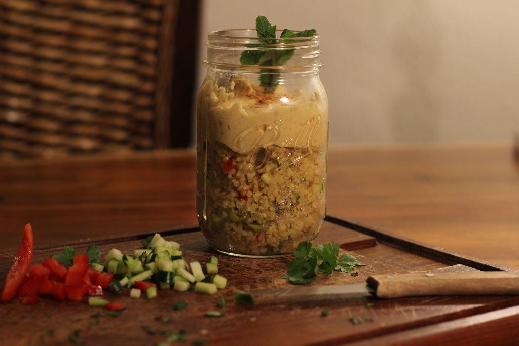 Bulgursalat mit Hummus Topping