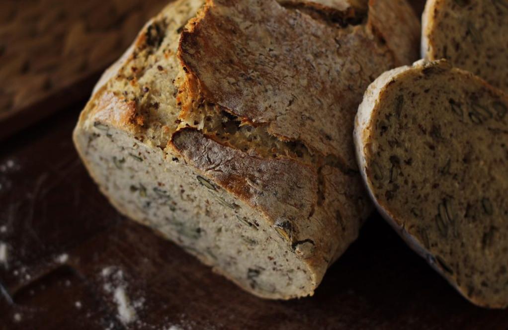 Brot aus dem Römertopf mit Kürbiskernen und Sesam