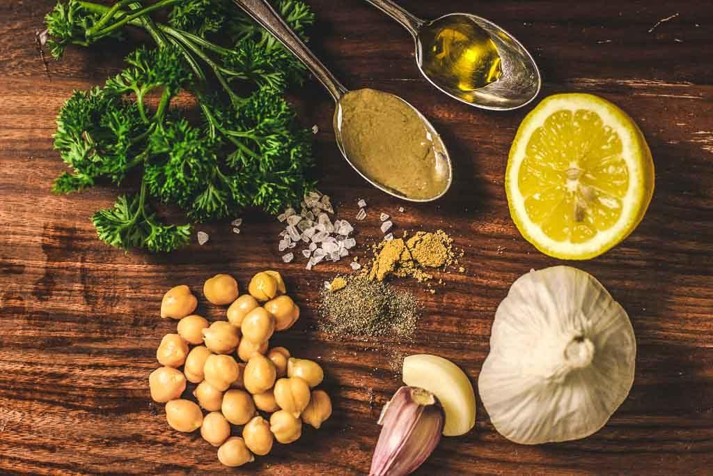 Zutatenliste für grünen Hummus - Petersilie, Kichererbsen, Zitrone. Öl und Tahin