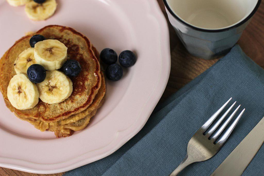 Pancakes mit Blaubeeren und Banane als Topping
