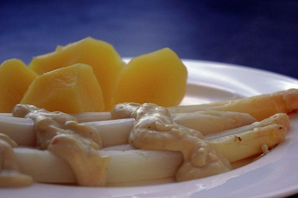 Spargel mit Kartoffeln und veganer sauce Hollandaise
