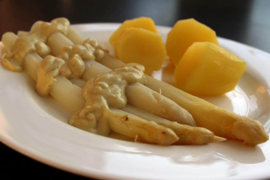 Spargelzeit mit 2 veganen Hollandaise Saucen