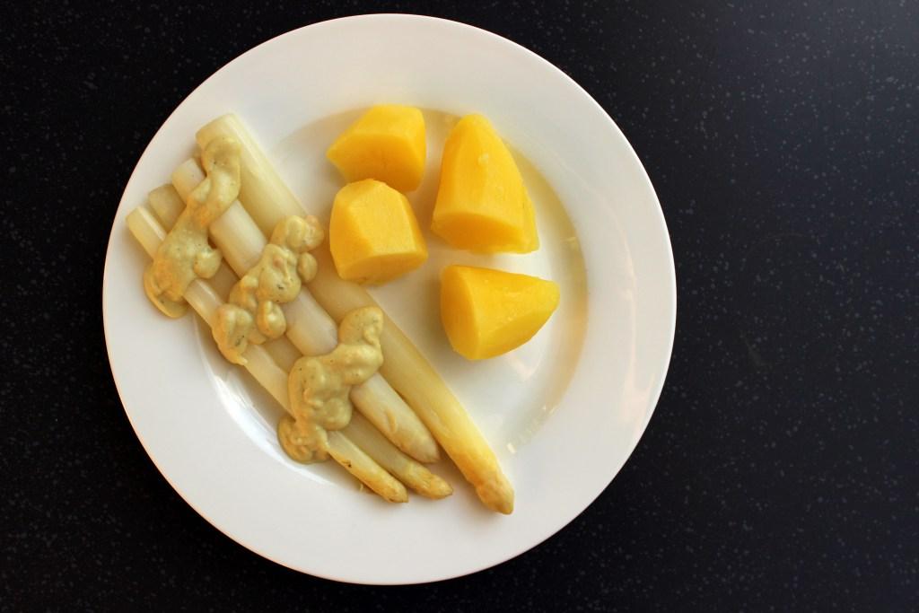 Spargel mit Kartoffeln und veganer sauce hollandaise - ansicht von oben