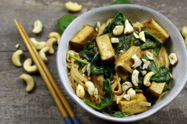 Räuchertofu mit Spinat Satésoße auf Reisnudeln