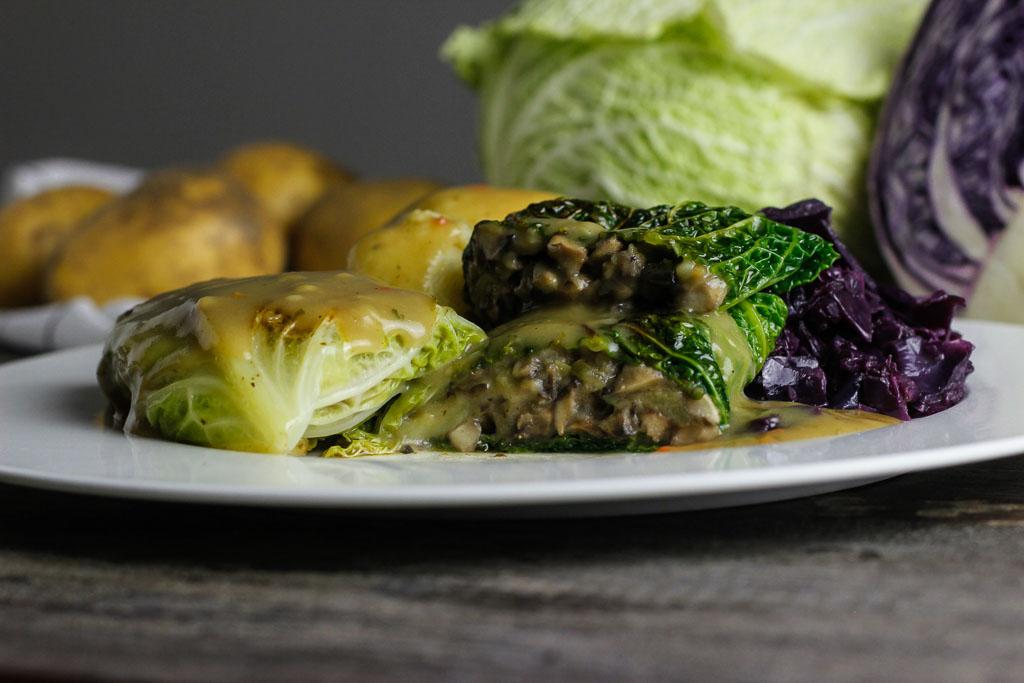 Vegane Kohlrouladen mit Klößen und Rotkohl