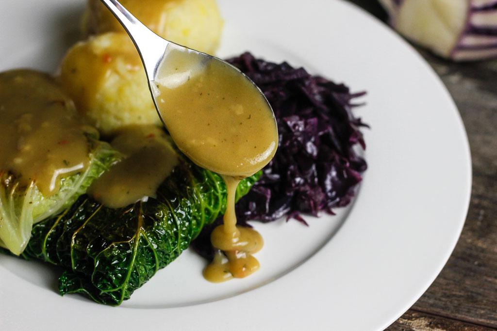Vegane Kohlrouladen mit Klößen und Rotkohl 11