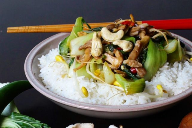 Asia Wokgemüse mit Pak Choi und Reis