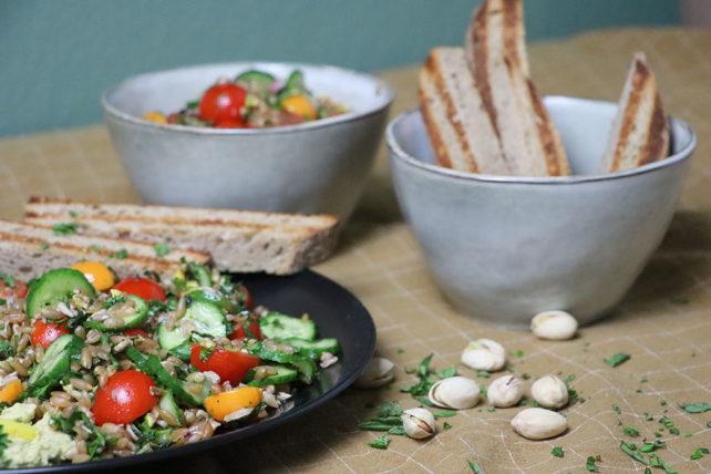 Grünkernsalat mit Hummus